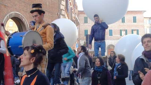 La Parata per le vie di Siena: i ragazzi dei circhi sociali di Circomondo insieme con la Compagnia Lanchi Longhi