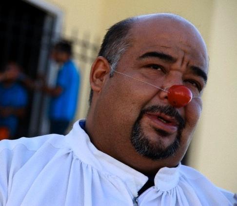 Contro la violenza dilagante in Messico sacerdote celebra la messa col naso da clown