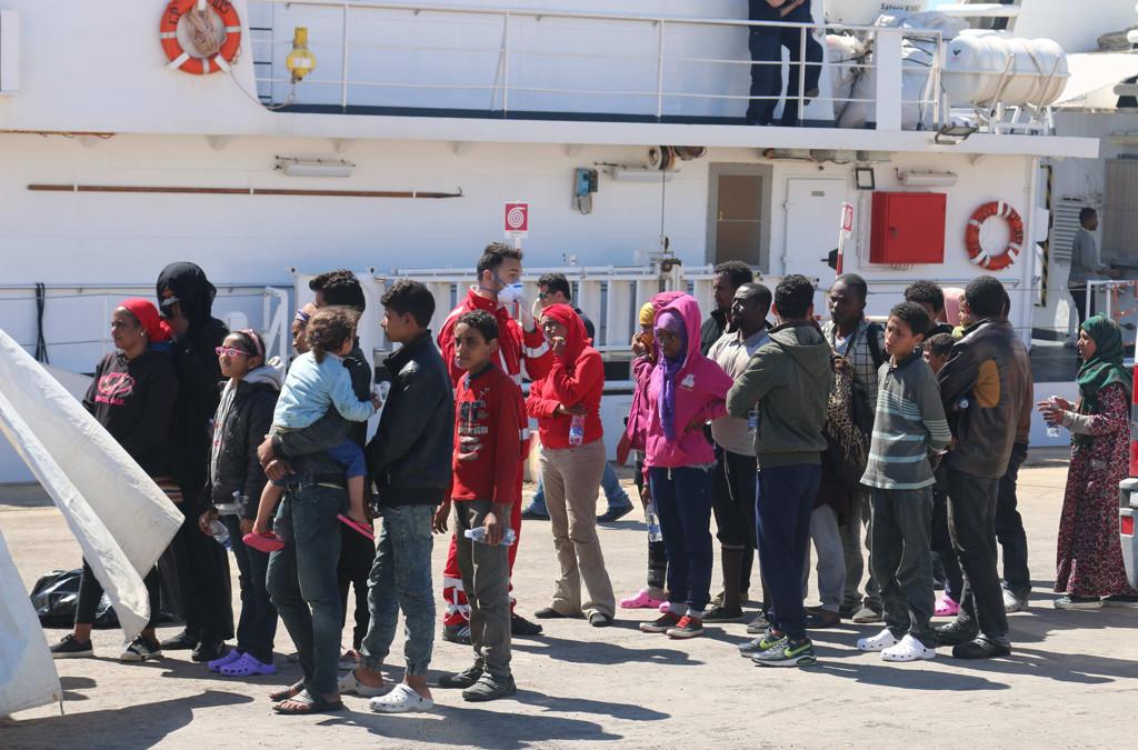 I bambini sbarcati dall'Egitto segnano la nuova rotta dei migranti