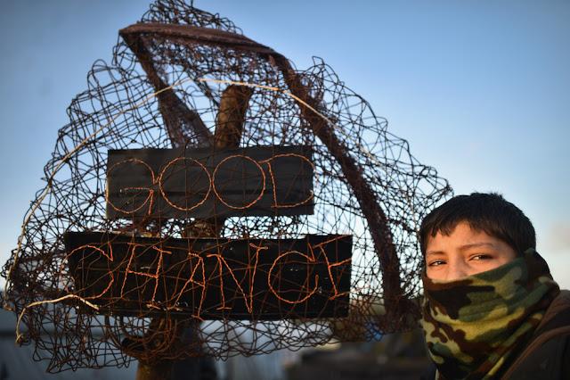 Il viaggio di alcuni attivisti per i diritti dei migranti alla volta di Calais e della Grand Synthé, due campi profughi nel cuore dell'Europa